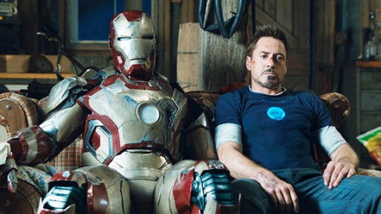 IronMan3_SittingwithSuit